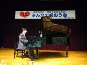 小西先生の伴奏でみんなで合唱「ふるさと」「明日があるさ」.JPG