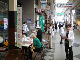 東灘:商店街での健康チェック.JPG